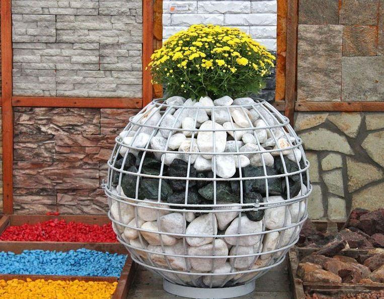 Клумбы из камней и сетки