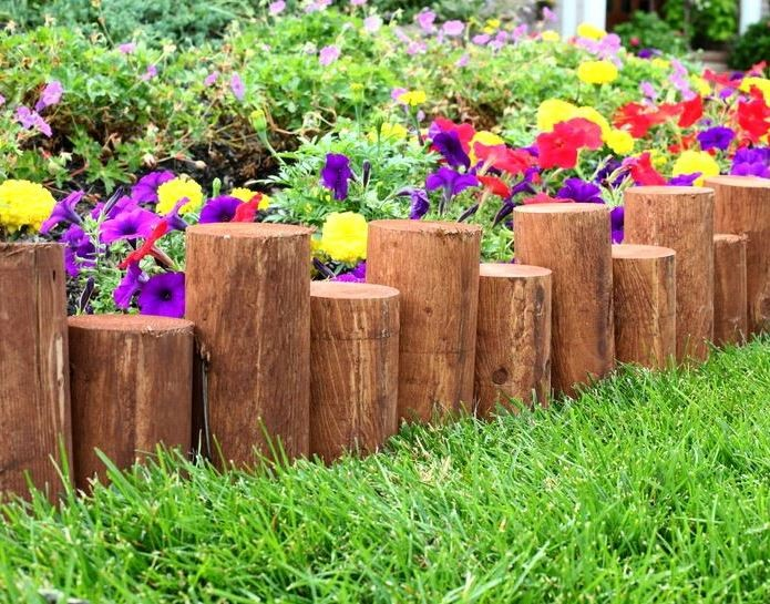 клумба из деревянных колышек