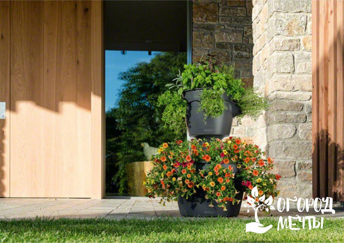 Кашпо и корзинки с цветами в саду - стильный вариант декора для дачного участка